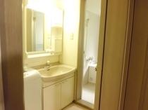 【ウォッシュルーム/バスルーム】トイレは別に完備、長期滞在に便利な洗濯機も完備