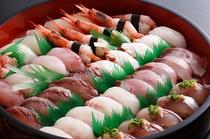 三七十鮨のにぎり盛合せは旬の魚ずら〜り!