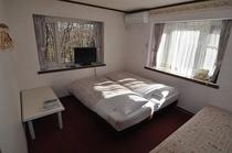 洋室(1部屋のみ)ベビーベッド設置可。