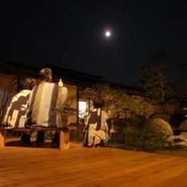 中庭から月を眺める。