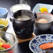 起き抜けの体に染み入るやさしい和朝食をご用意いたします。
