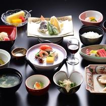 越後の海の幸、築地のまぐろに京野菜…全国より仕入れた旬の食材を盛り込んだ本格的な京風の懐石料理。