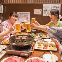 【夕食バイキング】料理を取ってきたら、まずは乾杯!