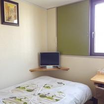*【客室例】シングルルーム。気兼ねなくお寛ぎ頂けるお部屋です。