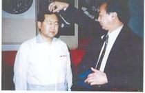 ゼロ磁場発見者張志祥教授が杉山先生を治療 張志祥先生から杉山先生が気を注入してもらう。