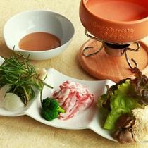 【信州豚のしゃぶしゃぶ】開業から人気の定番料理。甘みと旨み、ふわっとした口当たりが信州豚の特徴。