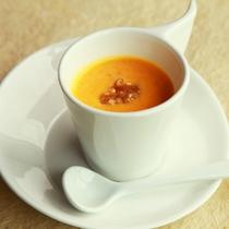 【自家製スープ】季節の野菜で作ります。丁寧にこして口当たりまろやかに、素材の味を生かして…