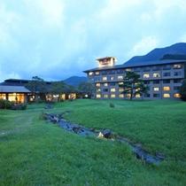 夜のホテル外観と日本庭園