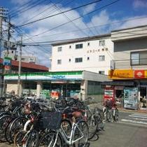 【道順1】JR和白駅を出た景色。正面の駐輪場の奥にはコンビニがあります。