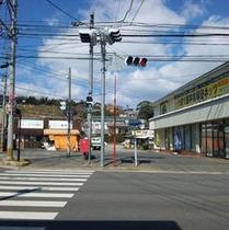 【道順5】先ほどの道を進むと信号機がある五差路が見えてきますので、横断歩道を渡って右へ。