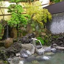*【露天風呂】広くはございませんが温泉好きなリピーターさんお墨付きの泉質でございます。