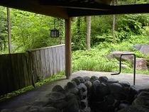 新緑が心地よい岩露天風呂・・・星降る家