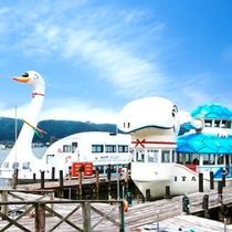 諏訪湖周遊の遊覧船 (奥:すわん 手前:竜宮丸(カメ)