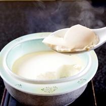 """朝食の一品「こだわりのお豆腐」""""濃厚でコクのある国産豆乳""""お時間に合わせて火を入れます♪"""