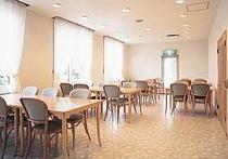 明るいレストランでは朝食の他、持ち込みでの利用もOK