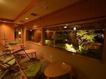 夜のラウンジはライトアップされて幻想的な雰囲気に。
