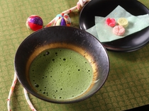 お部屋に着いたらお抹茶と和菓子でお寛ぎください。