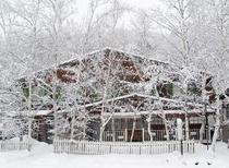 冬のペンション全景