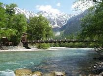 春の上高地河童橋と梓川