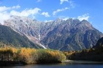 秋 紅葉の上高地大正池