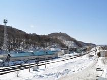 【部屋から眺めれるJR網走駅付近の線路と冬風景】
