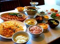 桜海老と十五穀米の炊き込みご飯、ひとくちハンバーグ、シェルマカロニの蟹風味サラダ、他
