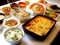 茄子のチーズグラタン、桜海老とグリーンピースの炊き込みご飯、蒸鶏のオレンジソースサラダ、他