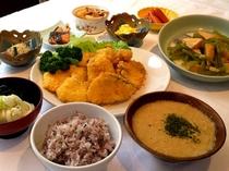 十五穀米のとろろ御飯、フキと穂先筍のあんかけ、水沢うどんのとろろかけ、サクサクフィッシュフライ、他