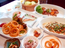 桜海老と十五穀米の炊込御飯、オニオンリングフライ、湯葉とオクラの彩り和え、カリカリほくほく大学いも