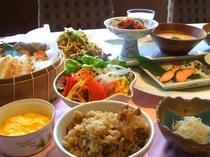 舞茸の炊込みご飯、蟹シュウマイ、笹蒲鉾、刺身蒟蒻と大根のサラダ、他