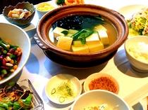 あったか湯豆腐、ひじきと生姜の炊き込みご飯、あっさり豚キャベツ、4種の豆のマリネサラダ、他