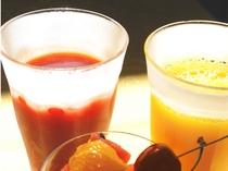 オレンジジュースとトマトジュース