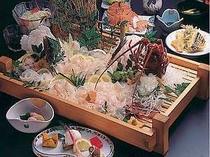 伊勢海老&ひらめプランの夕食一例(活造りは2・3名盛)見た目にも色鮮やかで、新鮮な魚介がいっぱい!