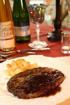 メインの肉料理:リブロースのビーフステーキ