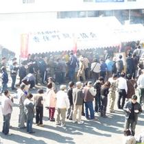 柴山港「初せりまつり」には、平日でも大勢の人出が