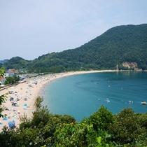 日本海特有の綺麗な海水と、約800m続く白い砂浜が特長です