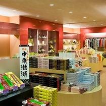 上山や山形県の様々な商品が並ぶ<月岡ホテルの売店>
