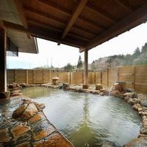 展望露天風呂に注がれるにごり湯は効能も抜群