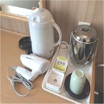 デスク (電気ポット、コップ、湯のみ、お茶、アイスペール、ドライヤー)