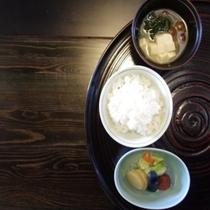 ふっくらご飯と自家製漬物で日本の朝食を・・・