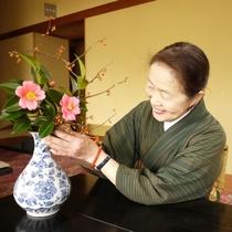 毎朝女将がお部屋の花を活けています
