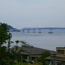 窓からは、能登島大橋とツインブリッジをご覧いただけます!