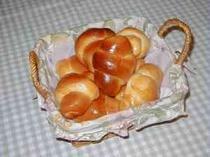 朝食はホカホカ焼き立ての自家製パンをどうぞ