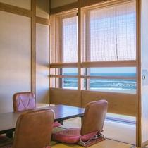 *客室一例/窓の外に広がる日本海を眺めながらのんびりとお過ごし下さい。
