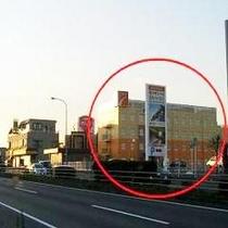 ②50号線を真っ直ぐ☆右手に見えるオレンジの建物が当ホテルです♪♪