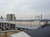 当ホテルより愛知環状鉄道・新上挙母(しんうわごろも)駅を望む。