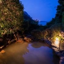 【源泉かけ流しの大浴場】