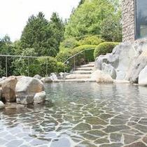 *【露天風呂】広々とした露天風呂で、温泉浴を満喫…