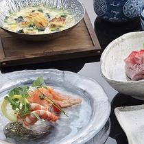 *お夕食一例(左)/旬の味覚をお楽しみ頂けます。
