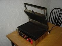 朝食のパニーニは、この機械で焼き上げます。